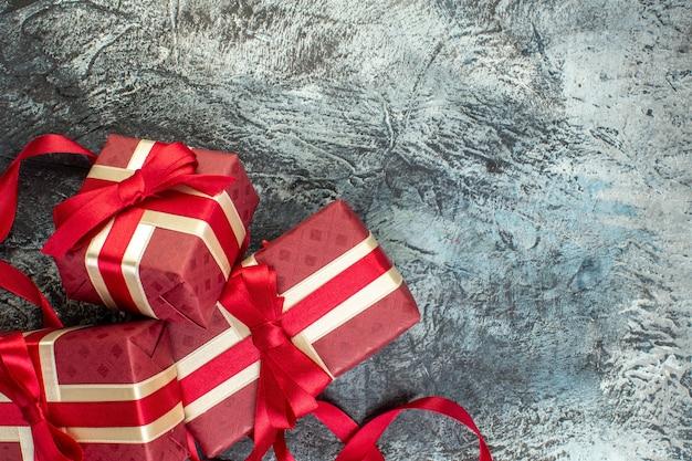 Wunderschön verpackte geschenkboxen mit band auf eisigem dunkel gebunden