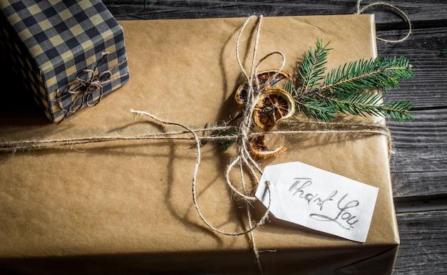 Wunderschön verpacktes geschenk, das danke sagt
