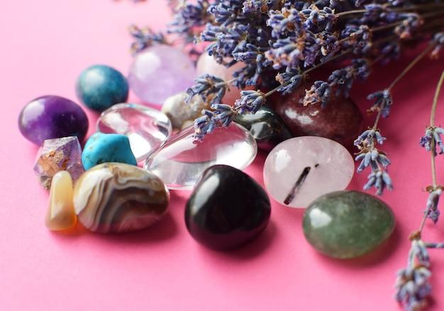 Wunderschöne amethystkristalle und runder rosenquarzstein mit trockenem lavendelbouquet. achat, apatit, aventurin, türkis. magische amulette.