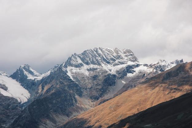 Wunderschöne atemberaubende landschaft mit hohen bergen und hügeln auf dem land