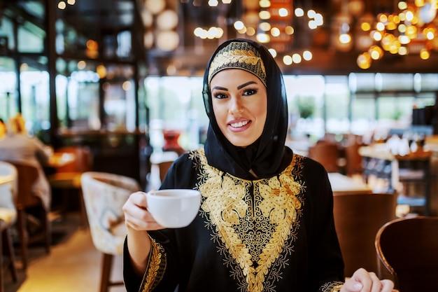 Wunderschöne attraktive positiv lächelnde muslimische frau