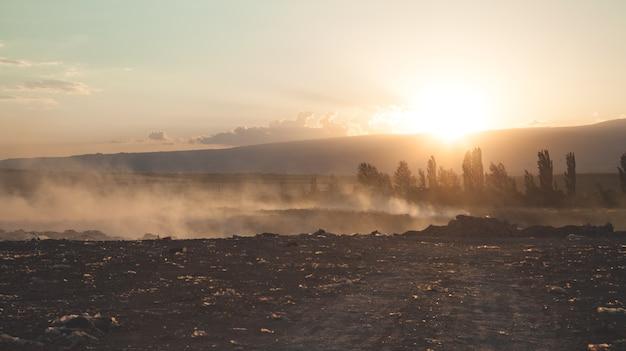 Wunderschöne aussicht. sonnenuntergang am feld. armenien