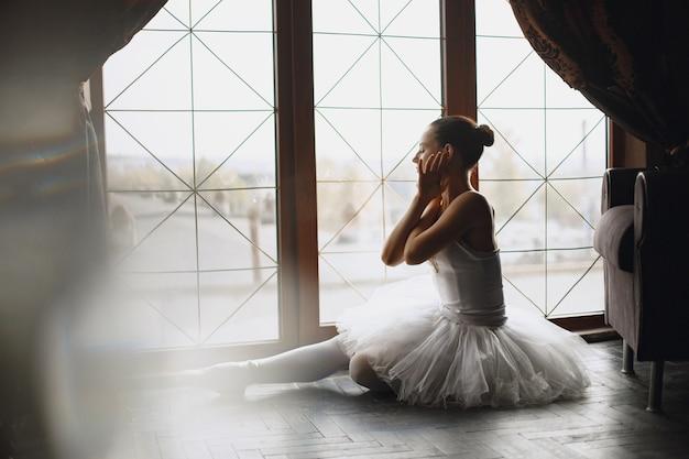 Wunderschöne balletttänzerin. ballerina in pointe. mädchen am fenster.