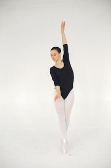 Wunderschöne balletttänzerin. ballerina in pointe.