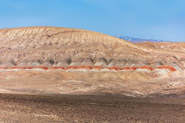 Wunderschöne bergkette mit erstaunlichen formen