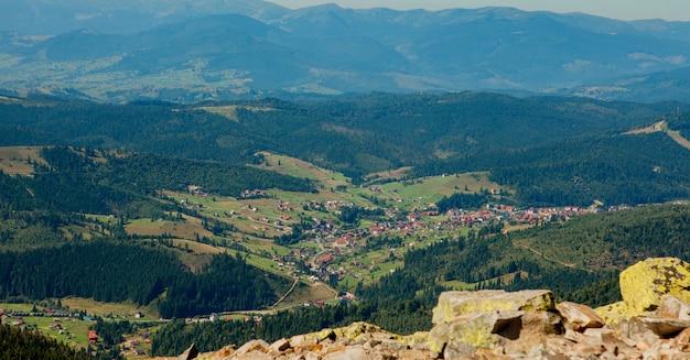 Wunderschöne berglandschaft mit mit wald bedeckten berggipfeln und bewölktem himmel. ukraine berge, europa