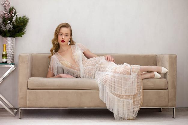Wunderschöne dame, die auf einer schönen couch aufwirft
