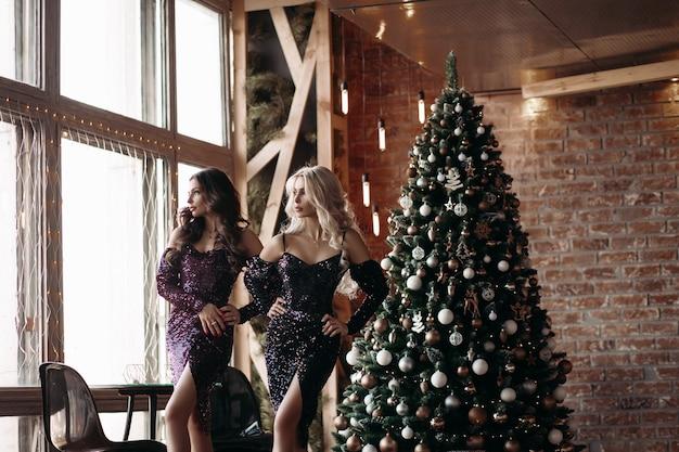 Wunderschöne damen in kleidern zu weihnachten.