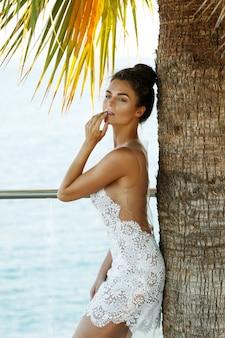 Wunderschöne frau im schönen weißen kleid