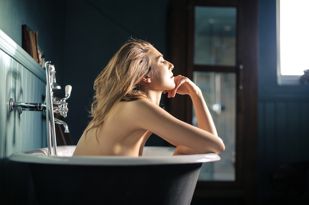 Wunderschöne frau in der badewanne entspannen