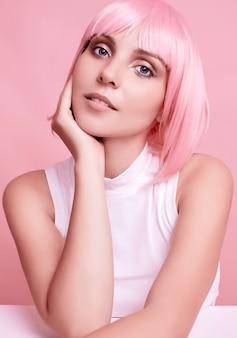 Wunderschöne frau mit rosa haaren posiert