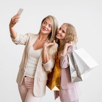 Wunderschöne frauen, die zusammen ein selfie machen