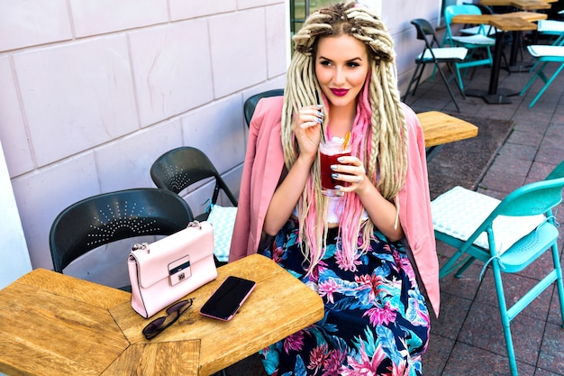 Wunderschöne hübsche elegante frau, die auf terrasse im stadtcafé aufwirft