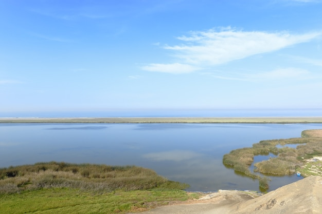 Wunderschöne lagunenlandschaft einer halben welt im stadtteil vegueta in huacho.
