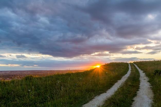 Wunderschöne landschaft bei sonnenuntergang oder sonnenaufgang