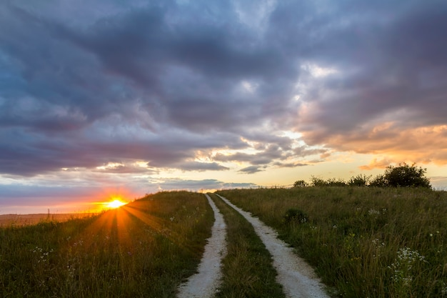 Wunderschöne landschaft bei sonnenuntergang oder sonnenaufgang.