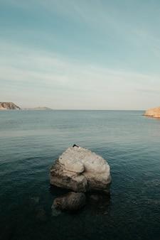 Wunderschöne landschaft eines friedlichen meeres, umgeben von felsigen klippen