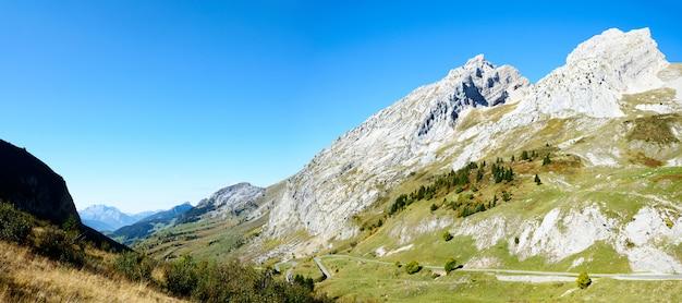 Wunderschöne landschaft in bergen.