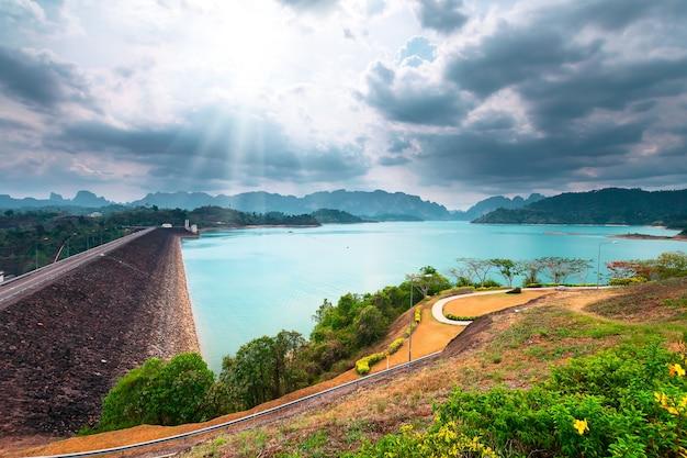 Wunderschöne landschaft khao sok nationalpark ratchaprapa damm in surat thani thailand