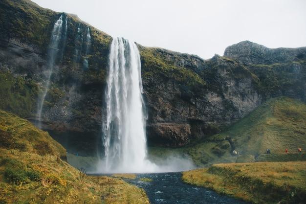 Wunderschöne landschaft mit atemberaubenden und atemberaubenden großen wasserfällen in freier wildbahn