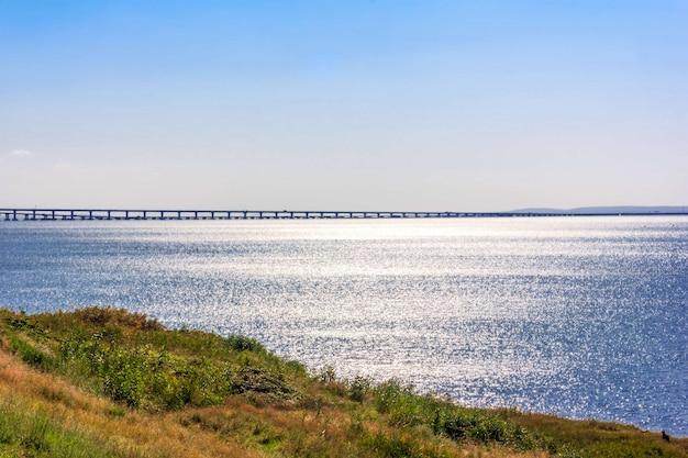 Wunderschöne landschaft mit blick auf das schwarze meer und die krimbrücke an einem sonnigen sommermorgen