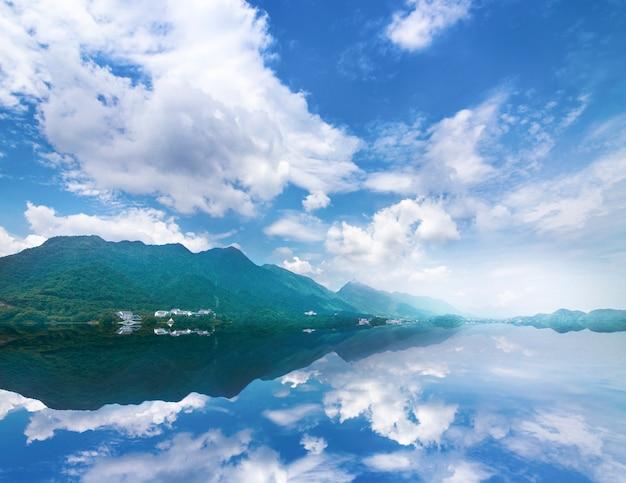 Wunderschöne landschaft mit türkis see, wald und bergen