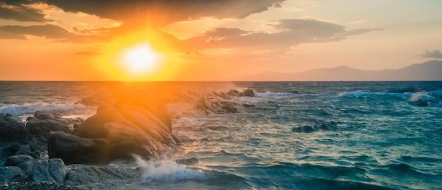 Wunderschöne meereslandschaft mit felsen und wellen bei sonnenuntergang