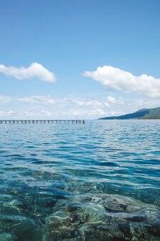 Wunderschöne meereslandschaft mit klarem und transparentem wasser bei karimun jawa