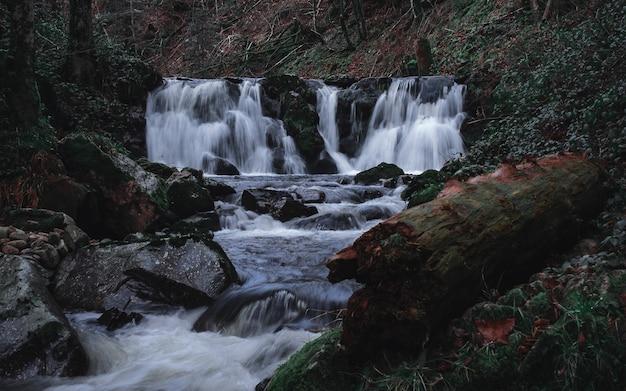 Wunderschöne mystische wasserfälle in der herbstsaison
