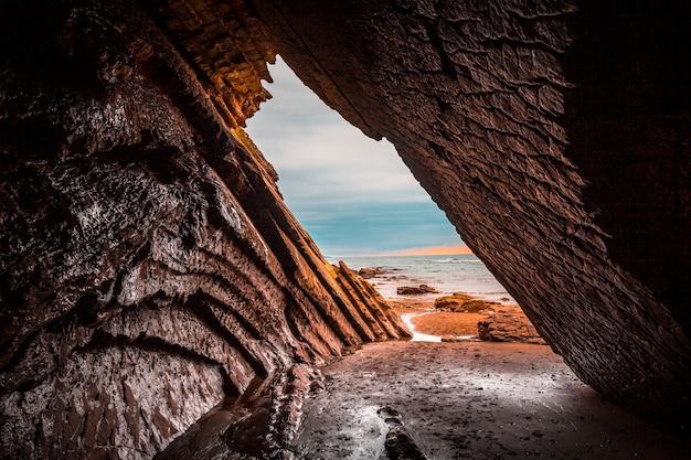 Wunderschöne natürliche höhle, die beim filmen von thronspielen im flysch des itzurun-strandes in zumaia verwendet wird. baskenland
