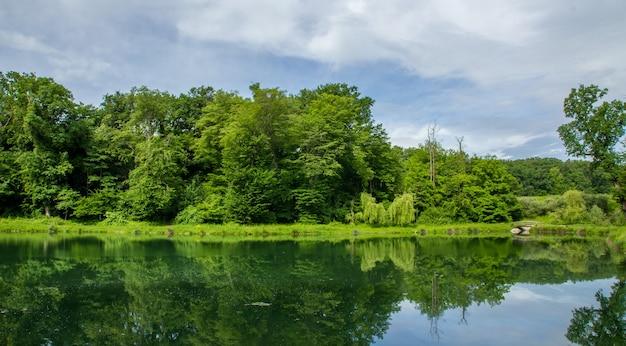 Wunderschöne natur des maksimir-parks in zagreb spiegelt sich im wasser wider