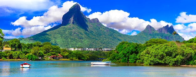 Wunderschöne natur und landschaften der insel mauritius. rempart blick auf die berge von der tamarin bucht
