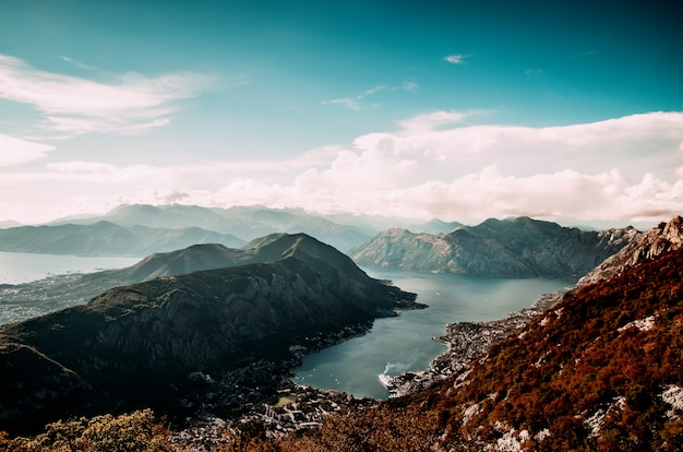 Wunderschöne natur vom gipfel eines berges. sicht auf die bucht.