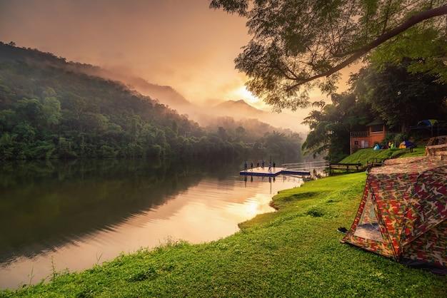 Wunderschöne naturlandschaft des nationalparks und des camping am flussufer bei sonnenaufgang.