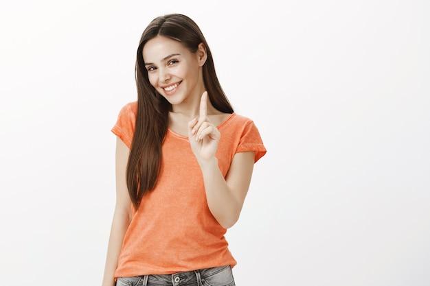 Wunderschöne, schöne kaukasische frau lächelnd, finger schütteln, warnen, regeln erklären