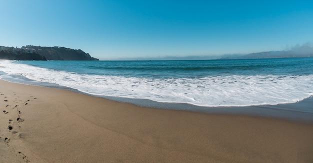 Wunderschöne sehr schöne landschaft der ozeanküste mit blauem wasser und klarem hellem sand.