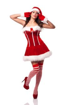 Wunderschöne und sexy frau im weihnachtsmannkostüm