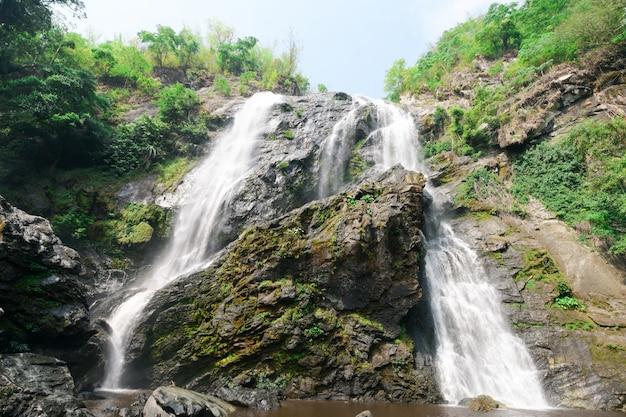 Wunderschöne wasserfälle auf den großen bergen.