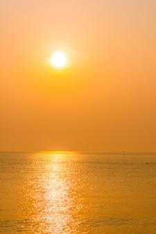 Wunderschönen sonnenaufgang am strand und meer
