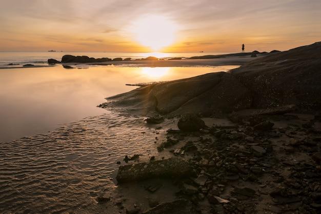 Wunderschönen sonnenaufgang über dem meer. hua hin thailand