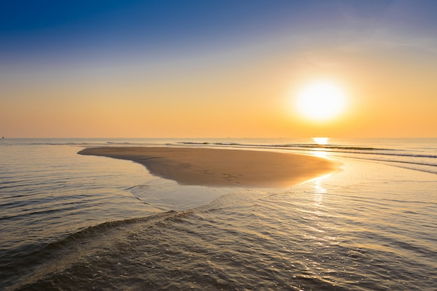 Wunderschönen tropischen sonnenaufgang am strand.