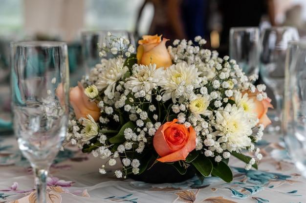 Wunderschöner blumenstrauß mit rosen für eine hochzeitszeremonie