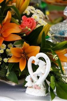 Wunderschöner brautstrauß aus lilien und rosen auf einer hochzeitsfeier