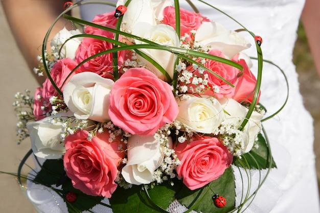 Wunderschöner brautstrauß aus rosen
