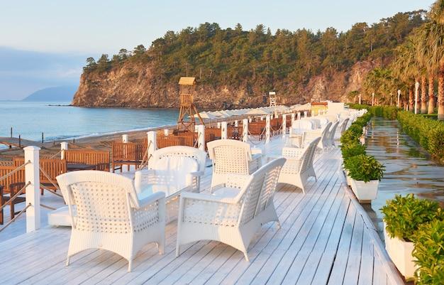Wunderschöner damm zum wandern und sport im amara dolce vita luxury hotel. alanya türkei.