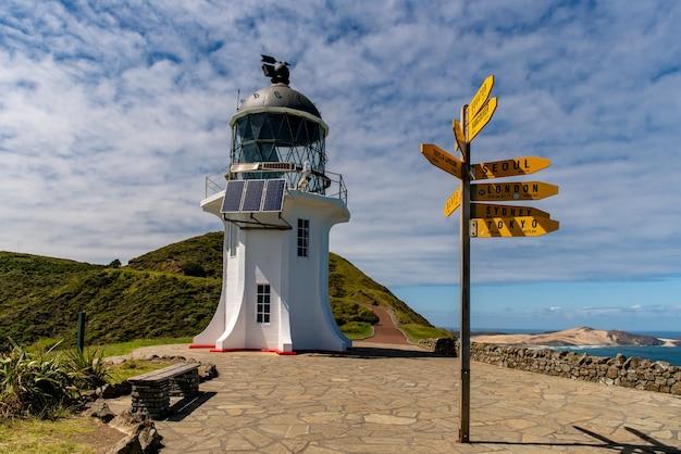 Wunderschöner ikonischer leuchtturm im nördlichsten teil neuseelands, wo sich zwei ozeane treffen