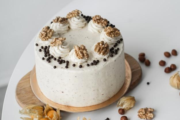 Wunderschöner kuchen mit walnüssen schokoladenbiskuitkuchen mit frischkäse und nüssen hausgemachter geburtstagskuchen