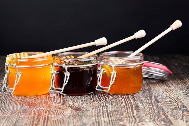Wunderschöner natürlicher honig von bernsteinfarbe, bienenhonig, der im frühjahr und sommer von honigbienen gesammelt wurde