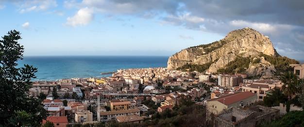 Wunderschöner panoramablick auf cefalu. sizilien