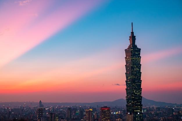 Wunderschöner panoramablick, die dämmerungsszene des taipei 101 tower und anderer gebäude. taiwan. blick vom xiangshan (elefantenberg).